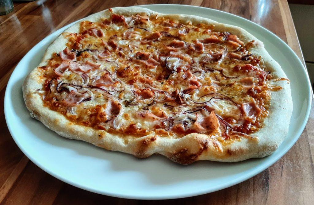 Fertige Pizza mit Sauerteig ohne Hefe