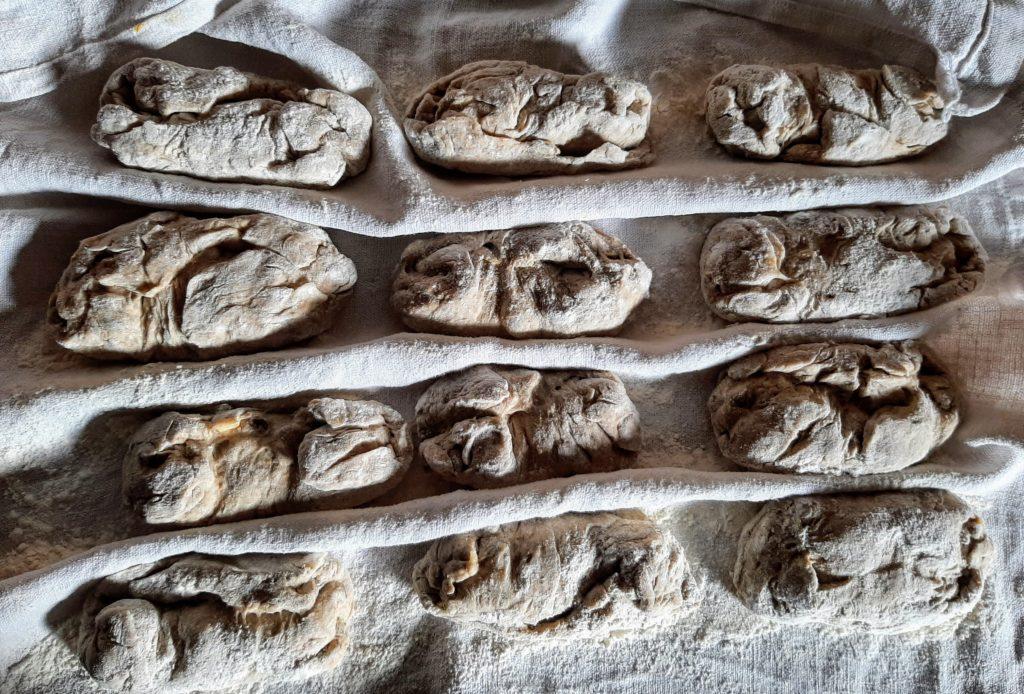 Kernbeißer-Brötchen Teigling im Bäckerleinen